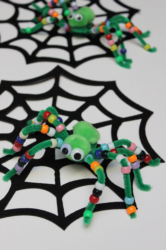 Halloween kids' craft: fuzzy pipe cleaner spiders: