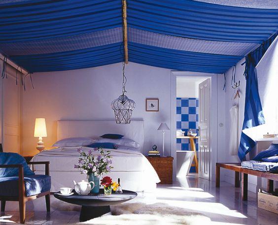 Schlafzimmer mit Baldachin