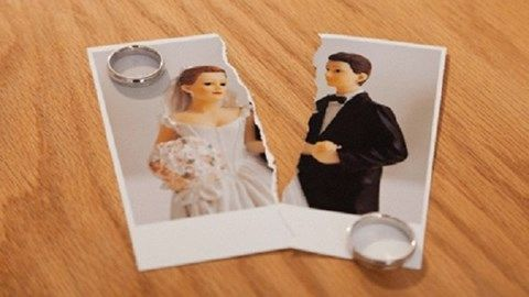 Li hôn!   Một căp vợ chồng đã lấy nhau được 20 năm thì quyết định li hôn. Nguyên nhân là từ khi kết hôn hai người đã luôn cãi vã bất đồng ý kiến tính cách không hợp. Nếu không phải lo cho con thì hai người đã đường ai nấy đi rồi. Dường như chỉ cần đợi con trưởng thành không để cha mẹ phải lo lắng thì hai người sẽ sống cuộc sống tự do của mình không cần phải nhẫn nhịn những cuộc cãi vã vô nghĩa nữa.  ảnh minh họa  Họ quyết định li hôn.  Sau khi kí đơn li hôn hai người đi ra từ văn phòng luật…