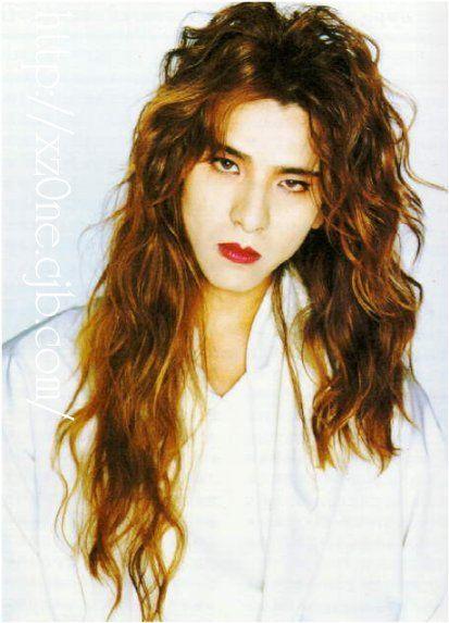 パーマのかかったロングヘアーのXJAPAN・YOSHIKIの画像