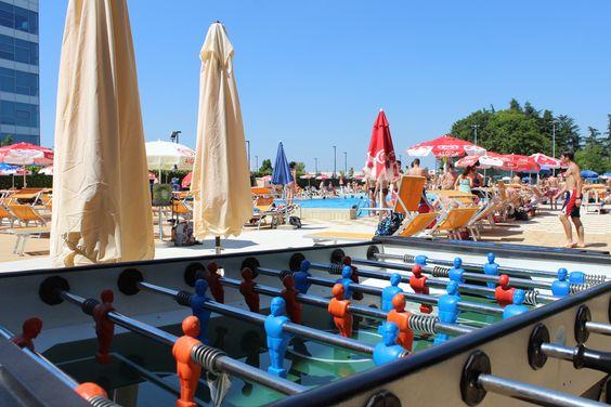Nella nostra piscina puoi trovare il campo da beach volley, da beach tennis, campo da calcio, parco giochi per bambini, tanto verde, tavolo da ping pong, calcio balilla, palle, palline e tanto altro....