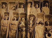 Commune de Paris (1871): Cadavres de communards (photographie attribuée à Eugène Disderi). - La répression est extrêmement brutale. 20 à 25 mille communards sont tués sur le champ ou fusillés après jugement sommaire par des cours martiales. Il faut y ajouter près de 40 mille arrestations qui donnent lieu à 10 mille condamnations, dont 23 à mort, les autres sentences étant la détention ou la déportation en Guyane. Les survivants bénéficient d'une amnistie en 1879