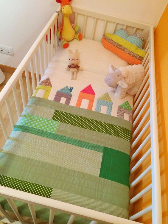 Neutral baby quilt green materials and house quilts on - Colchas cuna patchwork ...