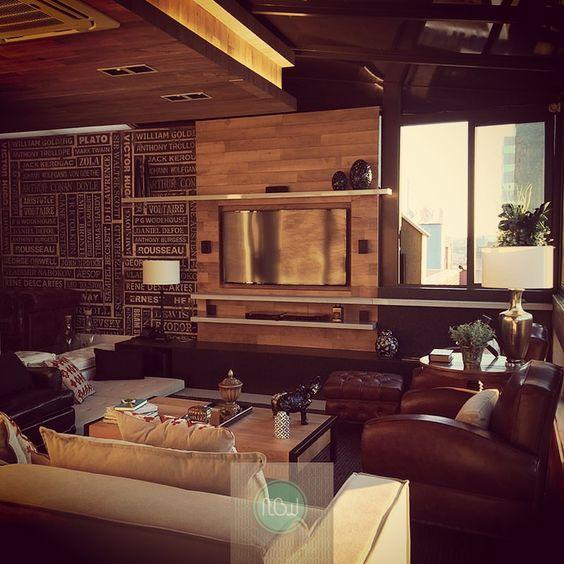 Super reforma nesta sala de estar! Antes de ser reformado, o ambiente contava com uma sacada. O desejo da cliente era ter um novo fechamento e criar um ambiente aconchegante e com estilo próprio. Os usos da madeira no painel e no forro com alguns dos móveis existentes, mais o papel de parede - diferente e lindo - deram vida ao ambiente desejado. E os adornos deram o toque final. #NBWarq #decor #saladeestar #wallpaper #SonharAcreditarRealizar