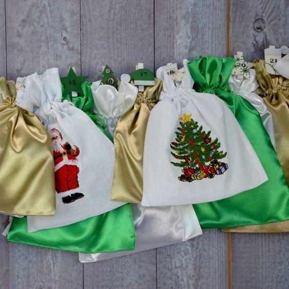 """All-Inclusive Adventskalender """"Green Christmas"""". Weihnachtliche Stickereien auf weißem Stoff umrahmt von frischem Grün und schimmerndem Gold."""