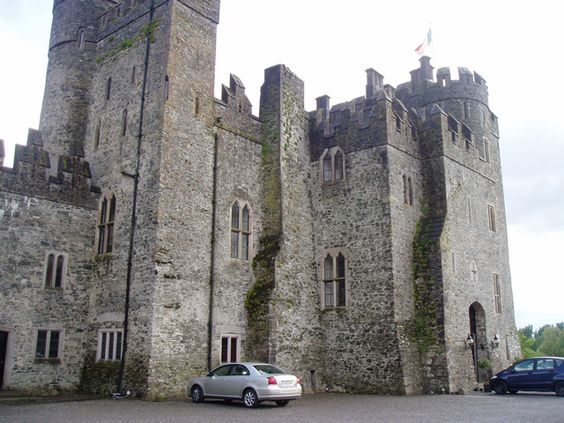 Kilkea Castle ►► http://www.castlesworldwide.net/castles-of-ireland/kildare/kilkea-castle.html?i=p