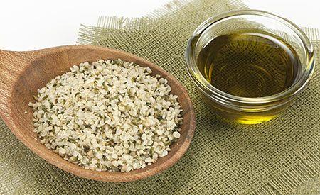 Hanföl (Zentrum der Gesundheit) - Hanföl ist ein exquisites Öl mit köstlich nussigem Geschmack und dem besten Fettsäuremuster aller Speiseöle. Die lebenswichtigen Omega-3- und Omega-6-Fettsäuren liegen im Hanföl im optimalen Verhältnis von eins zu drei vor. Auch findet sich im Hanföl die seltene und entzündungshemmende Gamma-Linolen-Säure, so dass sich Hanföl nicht nur als Feinschmeckeröl, sondern genauso äusserlich zur Hautpflege eignet – ganz besonders bei Hautproblemen wie Neurodermitis…