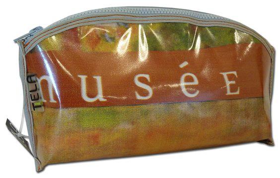 Pochette recyclée Téla bag réalisée en affiches-bâches du musée - 29 €