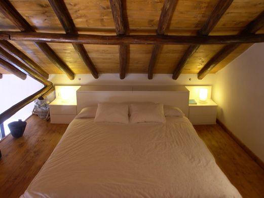 Dormitorio acabado lacado blanco concebido para la - Casas con buhardilla ...