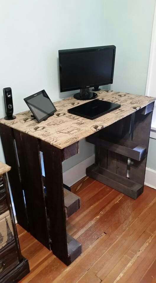 Home Decorating Ideas For Cheap Diy Computer Desk Made From Wooden Pallets And Burlap Fabric With Print Diy Diy Computer Desk Pallet Diy Pallet Desk