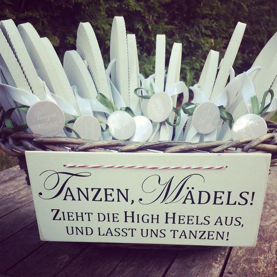 Flipflops-gegen-High Heels!  Garantiert denken nicht alle eure weiblichen Gäste daran, dass sie sich Wechselschuhe einpacken. Vielleicht möchten sie anfangs ihre schicken High Heels auch gar nicht...: