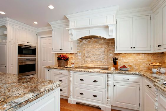 Classic white traditional kitchen with natural earthy for Classic traditional kitchen