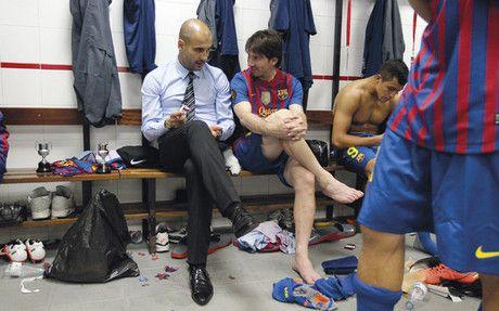 Pep Guardiola al lado de Messi