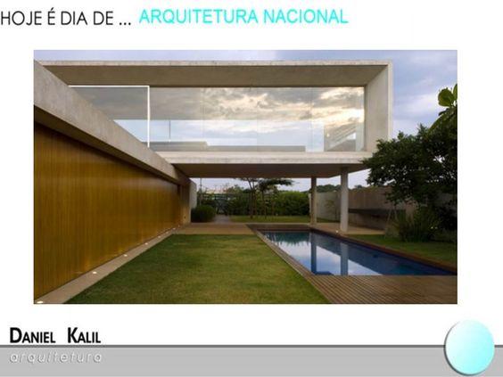 A Casa JE em Minas Gerais tem grandes aberturas envidraçadas integram a casa aos espaços de lazer. A construção se organiza sob uma cobertura contínua de concreto.