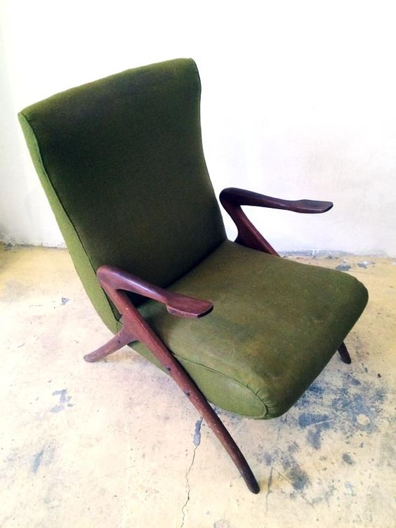 Amazing Italian Mid Century armchair attributed to Carlo De Carli. Upholstered in good conditions and structure in solid mahogany.  ///////////////////////////////////////////// Bellissima poltrona italiana attribuita a Carlo De Carli. Struttura in mogano massello e rivestimento in tessuto verde.