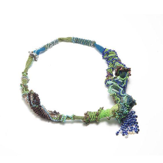 """Sébastien Carré - pour CLIVAGES -""""Je Suis Paysage"""" - Collier - 2017 Grenat vert, Agathe, Malachite, Turquoise, Lapis-Lazuli, Hyolite, coquillage, perles naturelles, perles rocaille."""