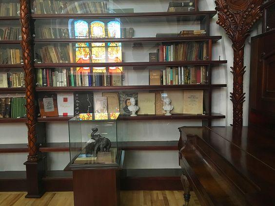Стеллажи с книгами в библиотеке музея. Фото: Evgenia Shveda