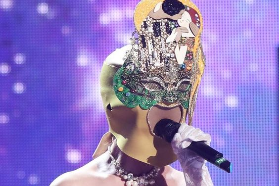 """Dethroned """"The King Of Mask Singer"""" Champion Revealed To Be Girl Group Member And Musical Actress"""