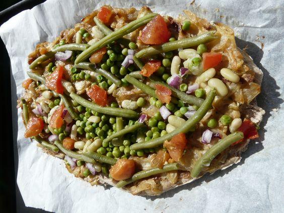 Vegan Quiche. Ingrédients :  pâte à tarte (sans gluten)  -60g de farine de riz complet -60g de farine de sarrasin -2 càs d'huile d'olive -6 cl de lait de riz (ou eau sinon) -1/2 càc de poudre à lever sans gluten  garniture cuite poêle -2 oignons jaunes -1 yaourt de soja -1 càs de moutarde bio -de la muscade râpée -sel et poivre  garniture cuite vapeur -2 càs de petits pois -2 càs de haricots verts -2 càs de flageolets  garniture crudités -dés de tomates -tagliatelles de carottes