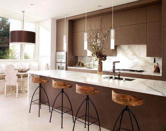 Cozinha moderna com um toque rústico trazido pelas banquetas!: