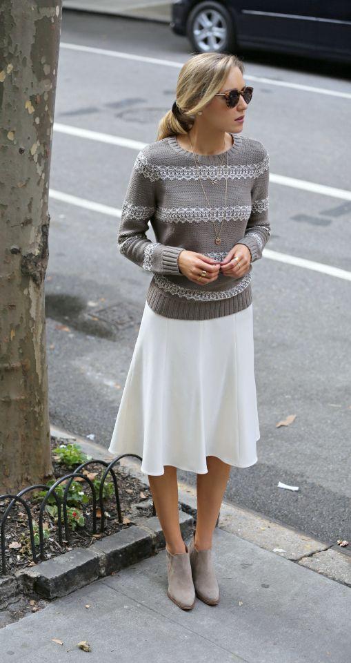 グレーニット×白スカート
