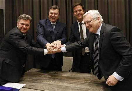 Ukraine's Fuel Minister Eduard Stavitsky, Ukraine's President Viktor Yanukovich, Netherlands' Prime Minister Mark Rutte and Peter Voser CEO of Royal Dutch Shell (L-R) shake hands after exchanging a signed agreement at a meeting during the annual meeting of World Economic Forum (WEF) in Davos January 24, 2013. REUTERS/Pascal Lauener: