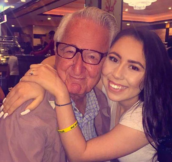 À 82 ans, il étudie dans la même université que sa petite fille