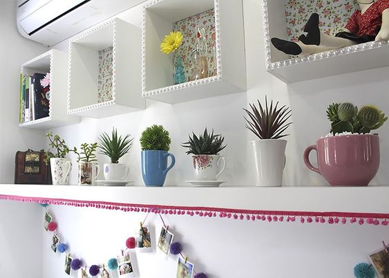 A segunda ideia é ainda mais fácil de copiar! Se você adora plantinhas, com certeza tem algumas suculentas em casa, afinal, elas são lindas e bem fáceis de cuidar! E que tal reaproveitar suas xícaras e canecas transformando-as em vasinhos de plantas bem charmosos e fofos?