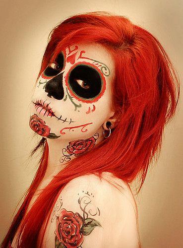une fille avec des cheveux rouges et un maquillage noir et rouge