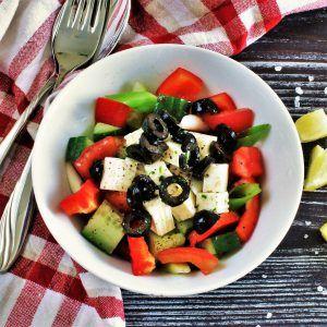 çoban salatası (Hirtensalat mit Zitronendressing) Gerichte sind oft mit Kindheitserinnerungen verknüpft. Dieses hier erinnert Aykut immer an Bergwanderungen in der Türkei mit Lagerfeuer und Freiheitsgefühl. Schmeckt heute noch so gut wie damals.