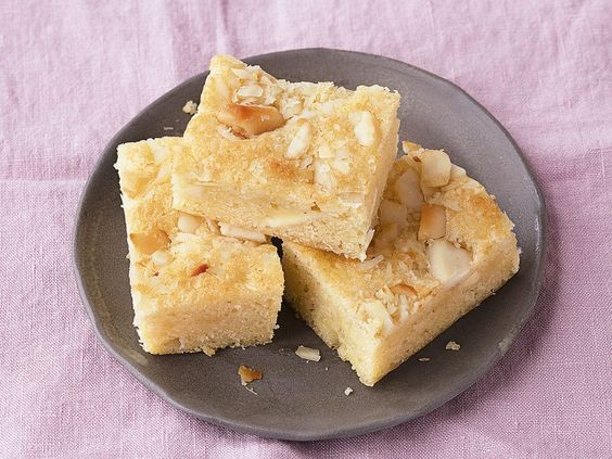 Genauso lecker wie Brownies: Unser Rezept für super saftige Blondies wird euch begeistern!