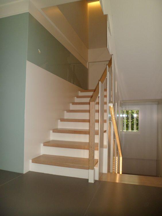 escalera de hierro lacado blanco_ peldaños de madera superpuestos_ ...