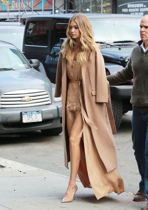 Gigi Hadid musiała kontrolować niesforną beżową sukienkę: