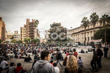Córdoba, Argentina - 03 de mayo 2014: Grupo grande de personas, miles de consumidores de cannabis se concentra en 15:00 hora Municipio Plaza para participar en la Marcha Mundial por la marihuana en la ciudad de Córdoba, Argentina.
