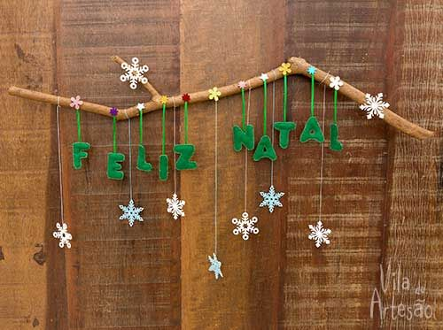 Enfeite de porta para o natal com recortes de feltro e galho