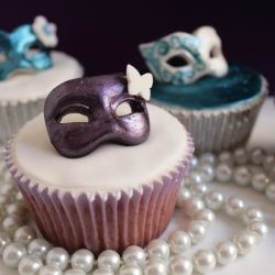 Beautiful and delicious these cupcakes decorated with sugar paste Venetian masks are perfect for carnival.
