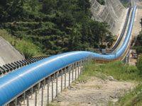 Dos líneas de transportadores paralelos de rodillos y banda curva en la proyecto de cintas transportadoras más largas de Asia. Solución para una cementera China.