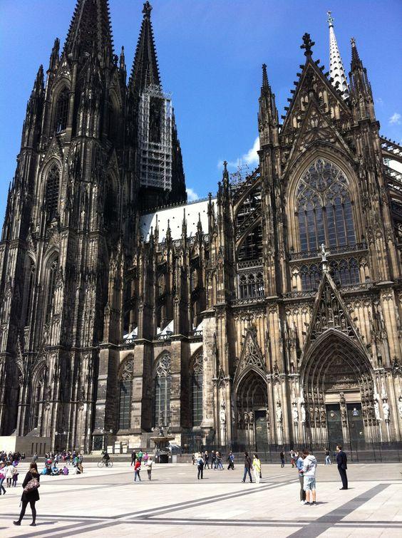 Köln ist ein Ort, an dem wir immer wieder gerne zurück kommen. Berühmt für Ihren Karneval und Dom hat die Stadt auch LGBTQ technisch viel zu bieten