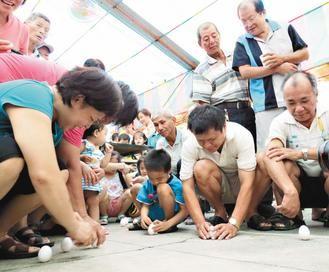 大人小孩擠廟埕 3分鐘立200蛋 | 雲嘉南 | 地方新聞 | 聯合新聞網