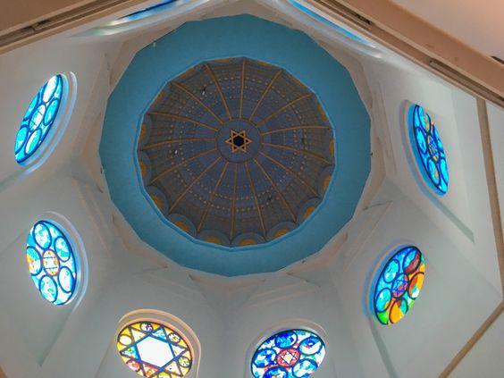 Купол изнутри с витражами