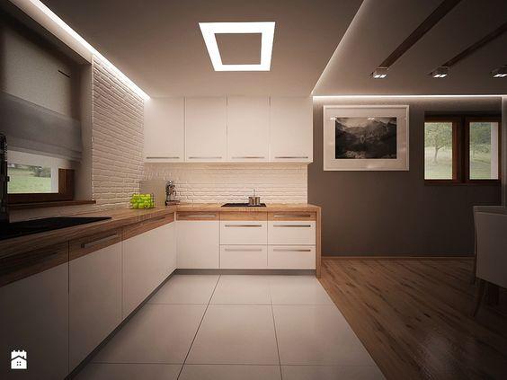 Podwieszany sufit nad kuchnią z fajnym wbudowanym