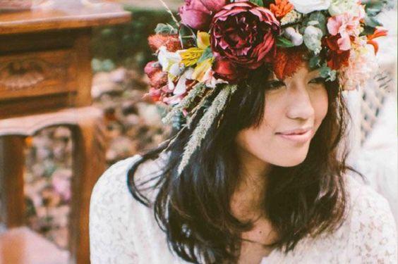 5 modi diversi per portare un accessorio nuziale che, in pieno stile boho-chic, sarà uno dei maggiori trend per il 2015: la corona di fiori.