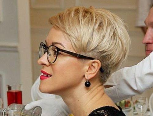 Frisuren Ab 40 Mit Brille In 2020 Kurze Blonde Haare Brille Haarschnitt Kurz Kurzhaarschnitte