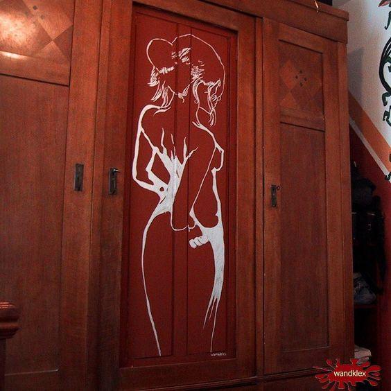 Wer meine Räume betritt sollte übrigens schon im Entree auf nackte Tatsachen vorbereitet sein.  .  #wandklex #privat #meetthemaker #behindthescenes #wanddekor #mural #wandbemalung #ratzeburg #bahnhof #moebel #schrank #flur #foyer #interieur #innenarchitektur #design #walldesign #holz #holzschrank #akt #kunst #art #möbeldesign #upcycling #nude