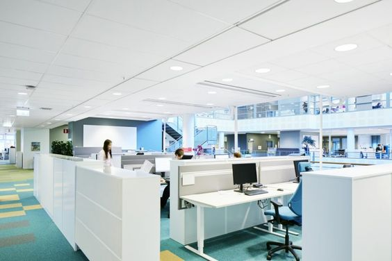 Jaki wpływ na pracowników ma aranżacja biura? -   We współczesnych firmach ludzie pracują obok siebie, mając okazję do bieżącej wymiany informacji i budowania relacji. Jednak ten ciągły szum informacyjny to dla większości hałas, który poważnie ogranicza wydajność pracowników, a co za tym idzie wpływa na wyniki firmy.  Biura, szczególnie te zaa... http://ceo.com.pl/jaki-wplyw-na-pracownikow-ma-aranzacja-biura-71317
