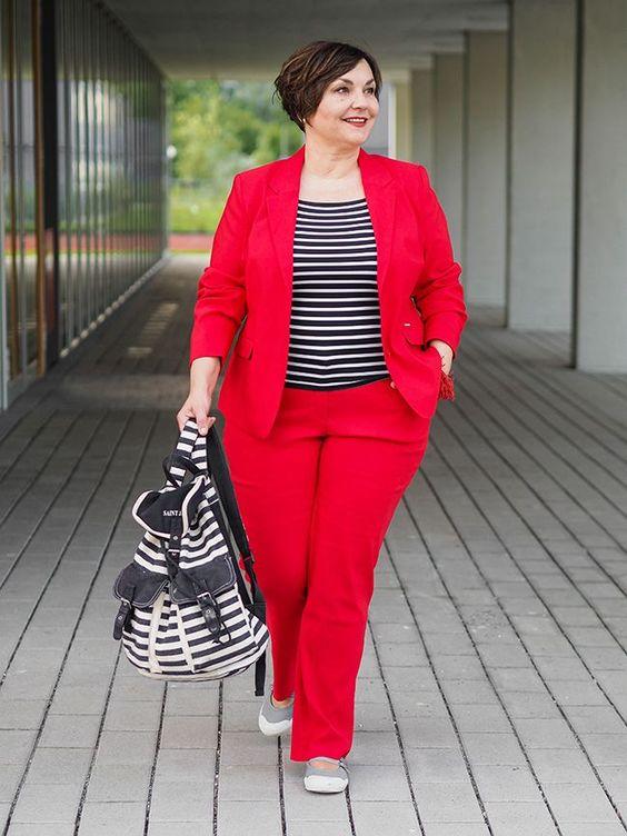 Roter Hosenanzug mit Streifenshirt: Wie ich die Stilregeln für 50plus und Plussize brach und einen Hosenanzug lässig stylte. #curvywomen