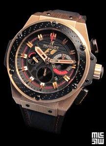 HUBLOT  King Power F1 Silverstone  Depuis Mars 2012, les chronographes Hublot sont les montres « officielles » de la Formule 1. Précision et qualité sont nécessaires à la course automobile de haut niveau. La King Power affiche le logo F1. Inspiré de l'univers de la F1, elle est conçue à partir de matériaux de pointes, les mêmes qui sont utilisés en F1.