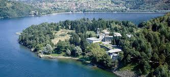 Un'altra gita, una meta sul lago di Como dove bellezza e spiritualità sono tutt'uno. Le origini dell'abbazia di Piona, una delle più belle del Comasco, risalgono al VII secolo