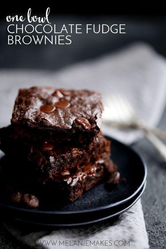 A única tigela e apenas dez ingredientes é tudo o que fica no caminho entre você e estas deliciosamente decadente uma bacia Brownies Chocolate Fudge.