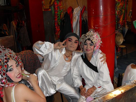 Photo by: Joanna Bzdyl Tajwan. Aktorzy tajwańskiej objazdowej opery w zaimprowizowanej garderobie przed występem w świątyni buddyjskiej. #konkurs #cspa #blizejazji #asia #taiwan